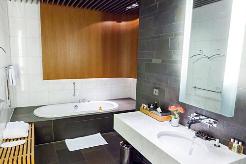 Lufthansa a380 first class frankfurt singapore for First bathrooms